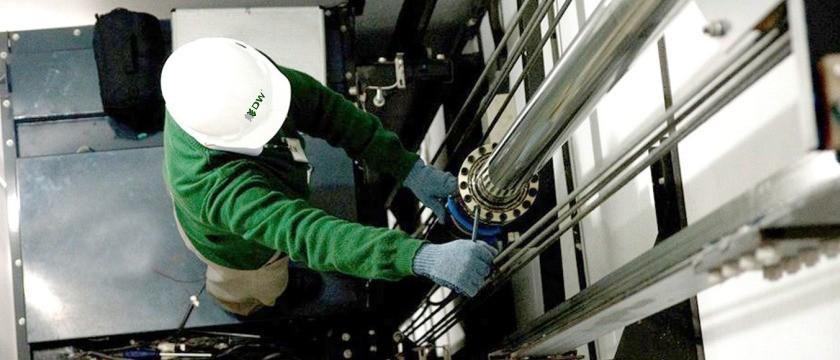 Como é feita a manutenção dos elevadores?