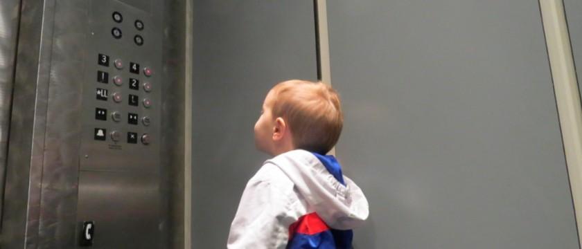 Criança no elevador: Saiba os cuidados necessários