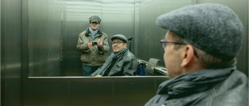Por que os elevadores tem espelho?